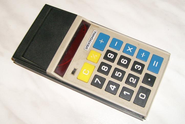Калькулятор выполняет четыре